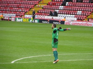 Almunia keeping warm