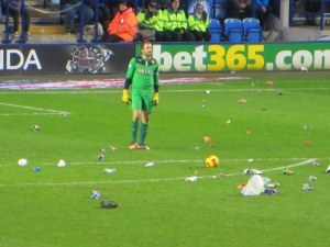 Almunia takes a free kick surrounded by litter