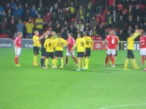 Watford players surround the referee following Mancienne's foul on Vydra
