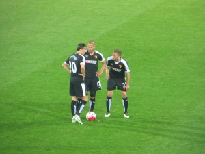 Berghuis, Guedioura and Abdi discuss a free kick
